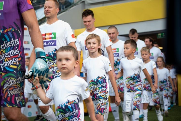 Koszulki, które otrzymają wygrani zostały stworzone z okazji Wielkiego Meczu WOŚP vs TVN, fot. Damian Jędrzejewski