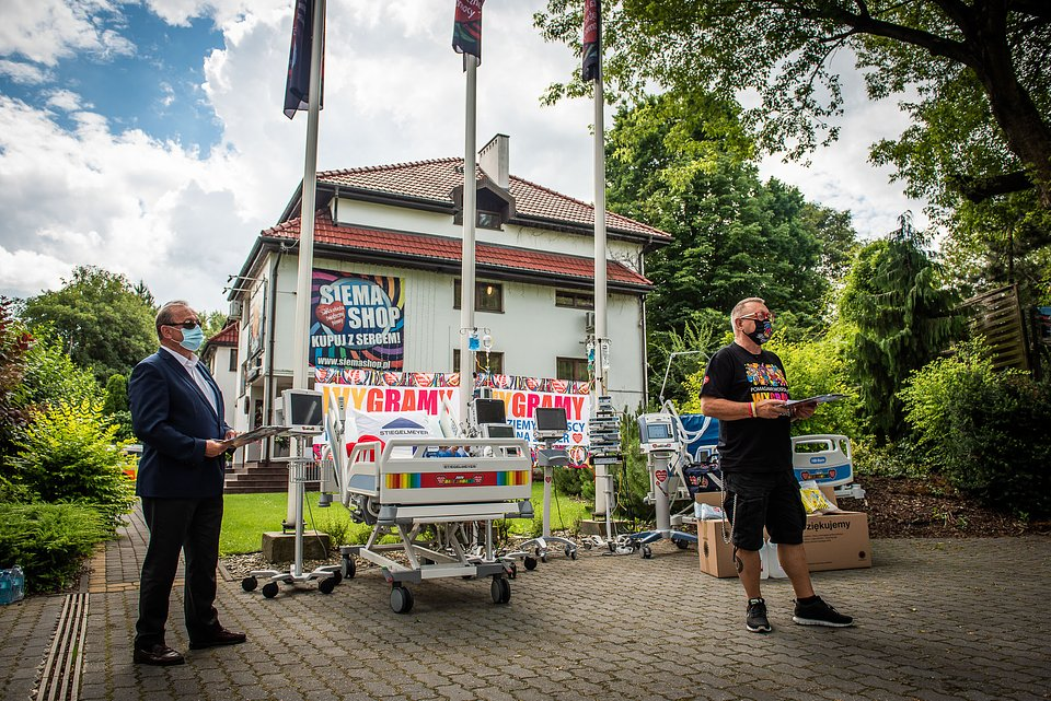 Profesor Bogdan Maruszewski oraz Jurek Owsiak podczas podsumowania zakupów w ramach pierwszej fali wsparcia dla szpitali walczących z COVID-19