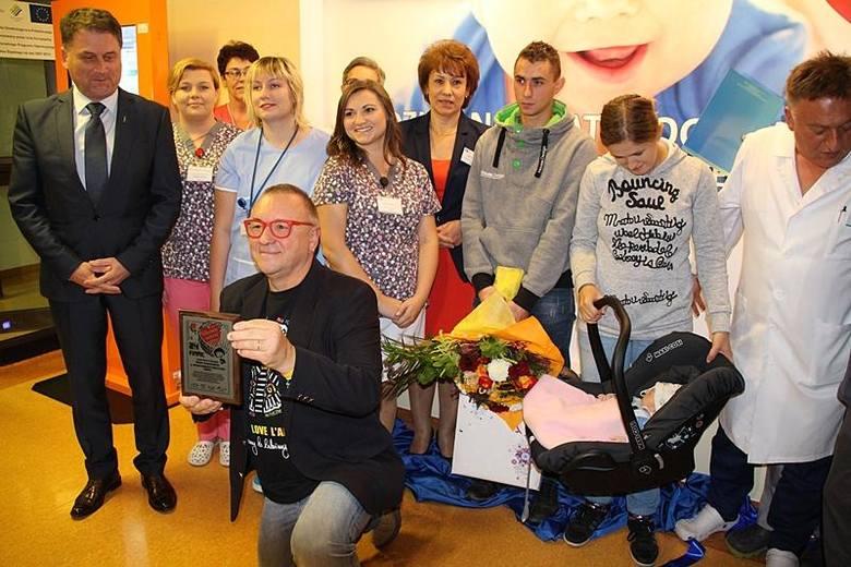 Dyrektor Szpitala Śląskiego, kadra medyczna, Jurek Owsiak, rodzice i Lenka (5-milionowe dziecko przebadane w ramach programu badań słuchu, źródło: Dziennik Zachodni