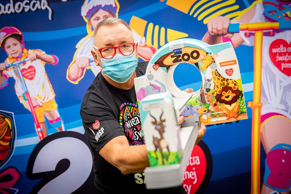 Jurek Owsiak z miniaturą urządzenia PET-CT, fot. Łukasz Widziszowski