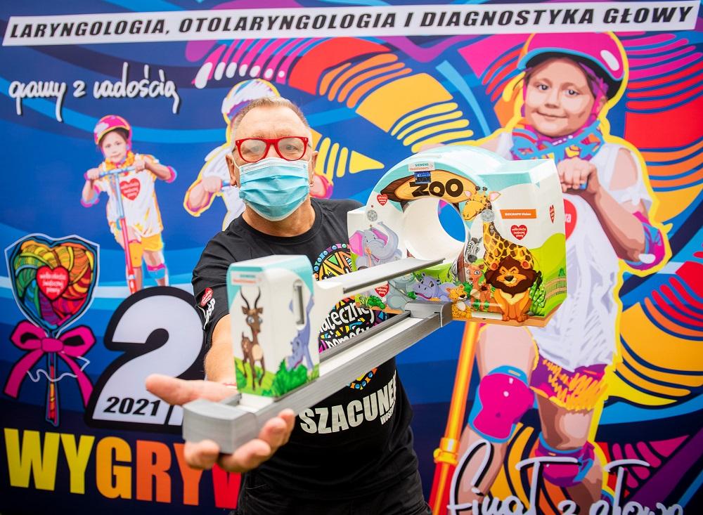 Jerzy Owsiak z miniaturą urządzenia PET, fot. Łukasz Widziszowski