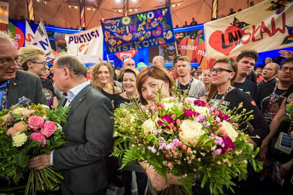 Lidia Niedźwiedzka-Owsiak z pracowniczkami Fundacji WOŚP - zakończenie 27. Finału WOŚP fot. Łukasz Widziszowski