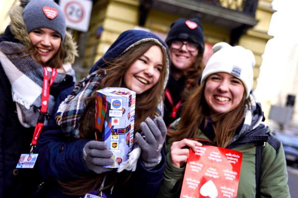 Uśmiech na twarzach, identyfikator, puszki, czerwone serduszka - po tym rozpoznacie wolontariuszy WOŚP