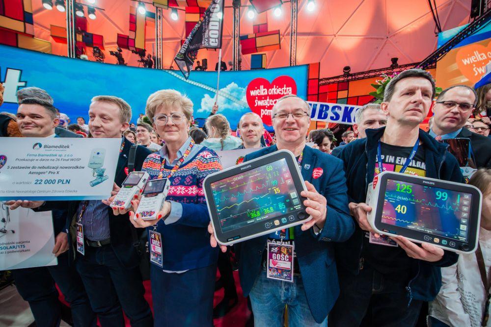 Przestawiciele firm medycznych przekazują sprzęt na ręce Jurka, fot. Marcin Michoń