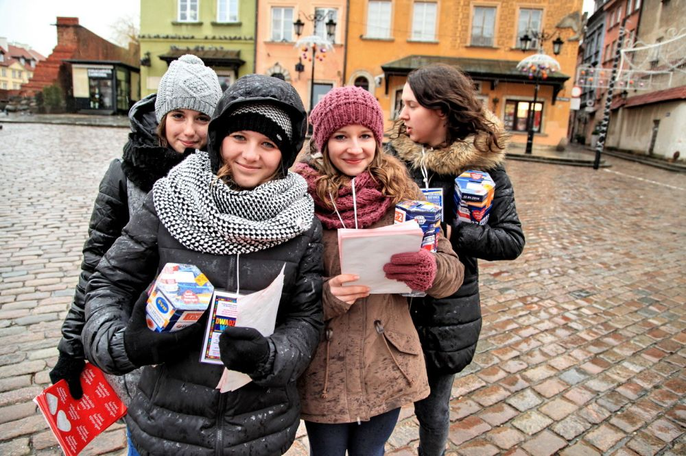 Wolontariusze WOŚP przemierzający ulice miasta