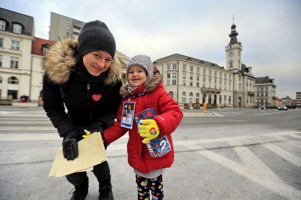 Najmłodsi wolontariusze zbierają z rodzicami