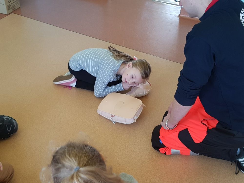 Kids learn how to perform CPR fot. https://www.facebook.com/PSP-nr-1-z-Oddzia%C5%82ami-Integracyjnymi-w-Szyd%C5%82owcu-1494040197541340/