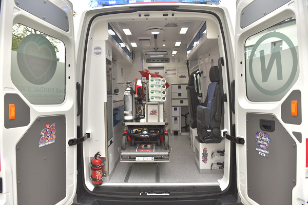 Wyposażenie karetki przekazana szpitalowi w Ostrowie - fot. Fundacja WOŚP