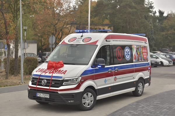 Jurek Owsiak za kierownicą karetki przekazanej szpitalowi w Ostrowie - fot. Fundacja WOŚP