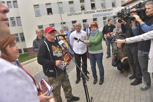 Przekazanie karetki szpitalowi w Ostrowie - fot. Fundacja WOŚP