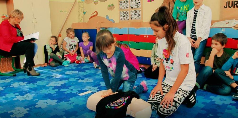 Natalia uczy kolegów, jak udzielać pierwszej pomocy