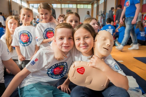 Pupils talking part in the CPR record attempt in Warsaw Łukasz Widziszowski