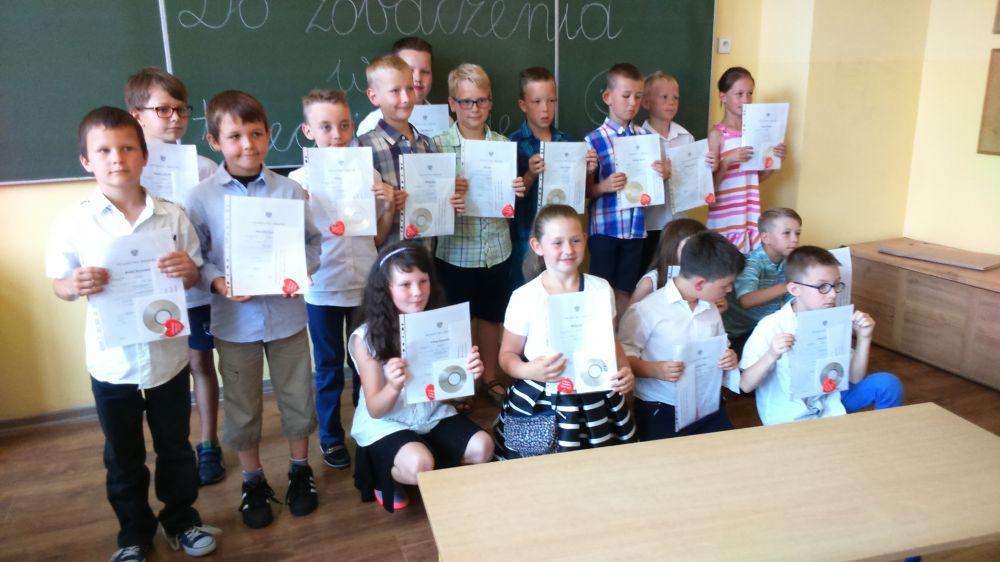 Uczniowie z hologramami na świadectwach potwierdzajacymi przeszkolenie w ramach Programu RUR