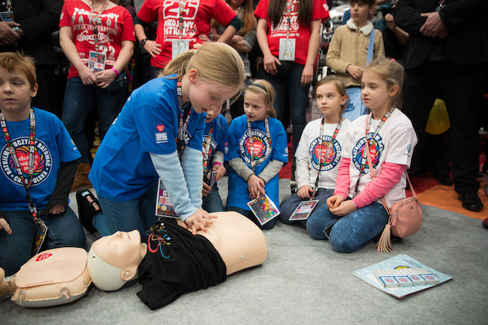 Children performing CPR fot. Lucyna Lewandowska