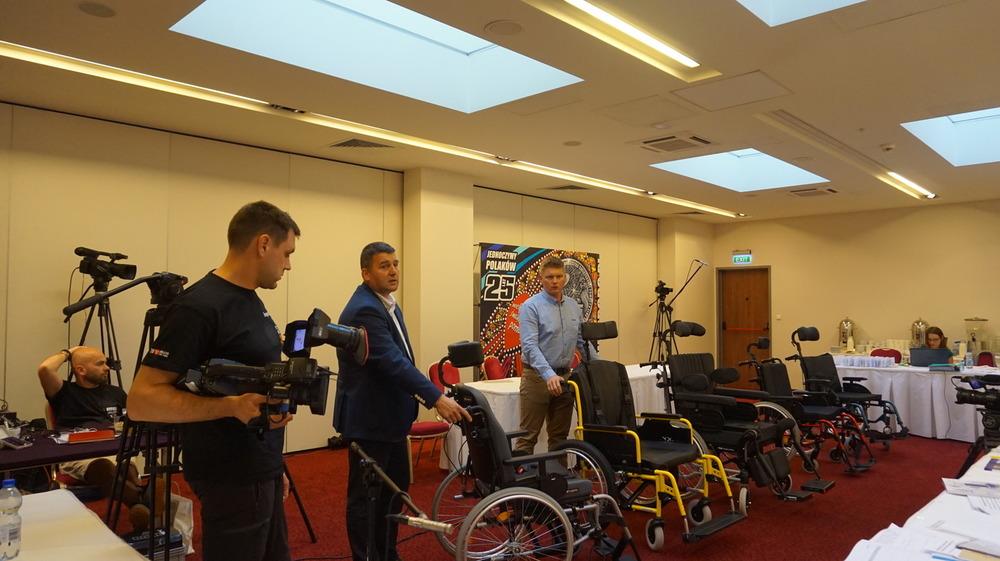 wózki inwalidzkie – 400 sztuk – wygrała oferta firmy Akson