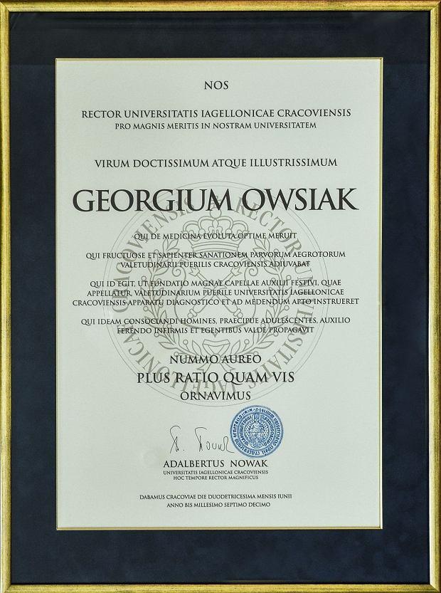 Dyplom dla Jerzego Owsiaka potwierdzający uhonorowanie medalem przez UJ, mat. prasowe