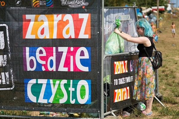 Festiwalowiczka wrzucająca worki do jednego z punktów zrzutu śmieci w ramach akcji Zaraz Będzie Czysto fot. Lucyna Lewandowska