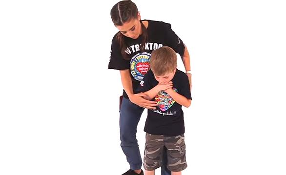 Na filmach pokazujemy m.in. jak ratować zadławione dziecko