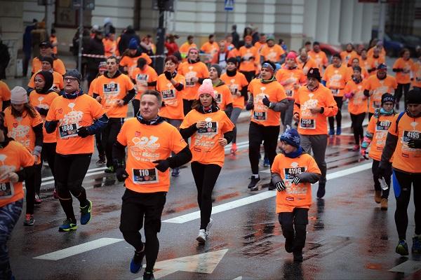 Biegacze na ulicy Warszawy. fot. Igor Kohutnicki