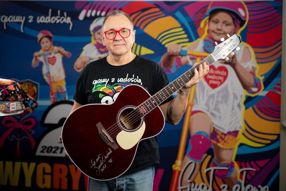 Jurek Owsiak z gitarą elektroakustyczną Takamine 'WOŚP XXIX' fot. Łukasz Widziszowski (kliknij na zdjęcie, żeby przejść do aukcji)